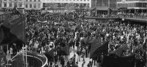 1.mai-demo-flaggen